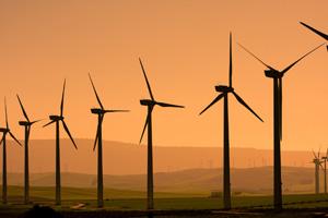 Windkraftanlagen in der Dämmerung