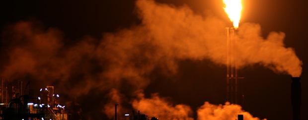 Flamme über einem Schornstein bei Nacht