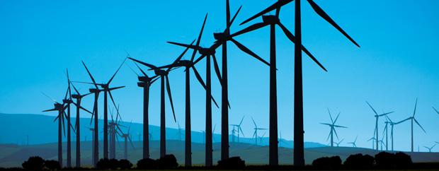 Windräder vor blauem Himmel