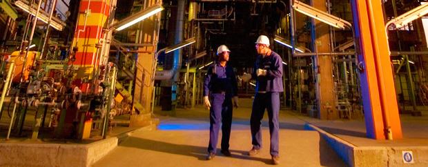 zwei Männer in Blaumann und Helm in Reaktorhalle