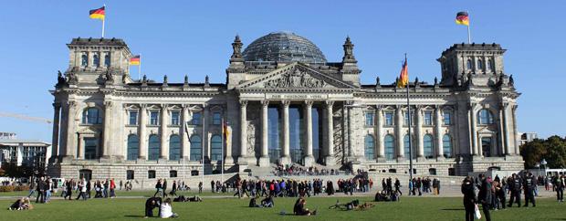 Deutscher Bundestag bei Sonnenschein