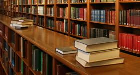 Regalreihen einer Bibliothek